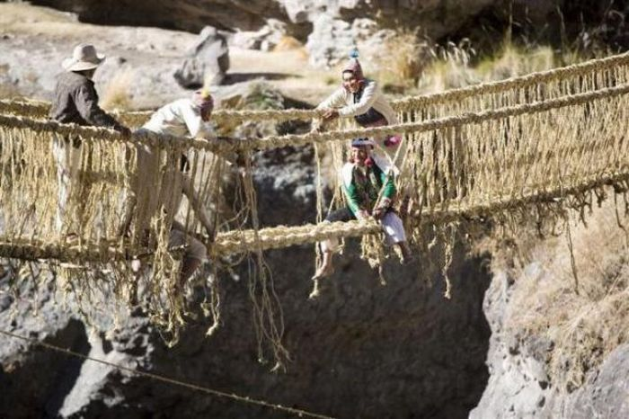 1276772280_bridge_in_peru_made_out_of_grass_07